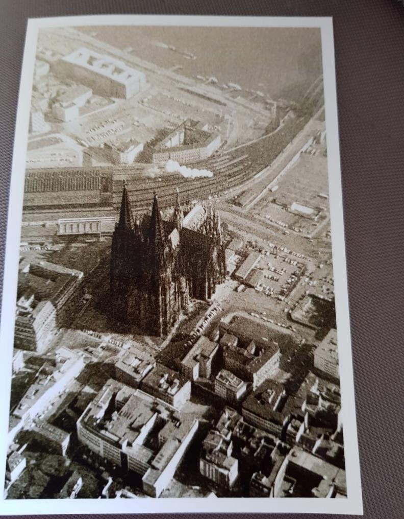 Das Luftbild zeigt den Kölner Dom in den 1960er-Jahren